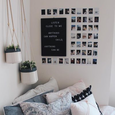 Dreaming for your room to look this cozy year round? Well dream no more. Hit the link in our bio to read our Insta-approved decorating tricks to upgrade your dorm in seconds. | photo: @emmyzobitz