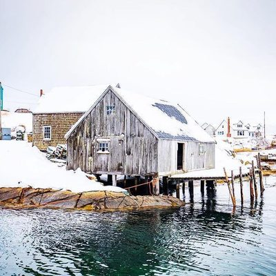 Hot (cold?) Tip: click the link in our bio and tap this image to find out why WINTER is the perfect time to visit Peggy's Cove (trust us!) . 📍 Peggy's Cove 🚗 ~60 min drive from downtown Halifax 📷: @acorn_art_photography