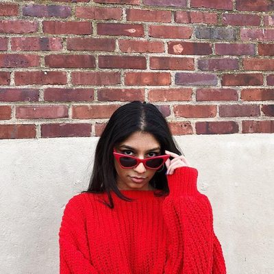Seeing red. 💋 Click the link in our bio for all the vintage-sunglasses trends that are about take over your IG feed. | photo: @indiepeacock