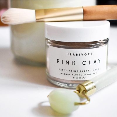 Our gentle Pink Clay Mask is rich in botanicals such as Rose Hip and Chamomile Flowers to help exfoliate and rejeuvinate the skin. Suitable for all skin types and a perfect addition to your skincare ritual. 😉🌸✨ #trulynaturalskincare #pinkclaymask @itsmaryelizabeth