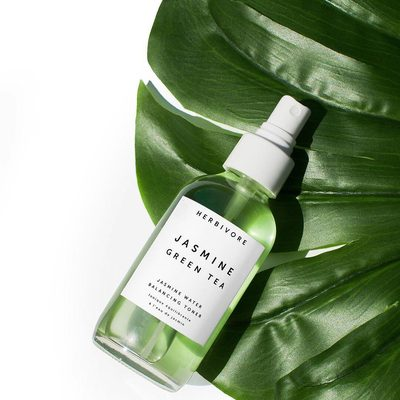 Jasmine Green Tea Toner is an all-in-one clarifying, balancing, hydrating and antioxidant boosting mist made with only truly natural and good for your skin ingredients like Green Tea, Aloe and Willow Bark- no synthetics. Its available @Sephora online and now also in select stores.👌💦💚🍵#jasminegreenteatoner #trulynaturalskincare #goodskinnaturally
