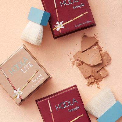 Here comes the ☀...FINALLY! Mimic a sun-kissed radiance safely with @benefitcosmetics beloved Hoola Bronzers (fun fact: they're made of matte pigments so you get the glow without the side of shimmery shine). Just sweep the powder all over or concentrate it in the hollows of your cheeks for a subtle contour.