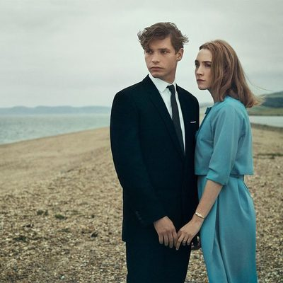 A decade after Atonement, Saoirse Ronan stars in another Ian McEwan adaptation—On Chesil Beach—a sweet period piece about newlyweds in pre-youthquake Britain. Find out more about the movie co-starring Billy Howle at the link in bio. 📷: @charliegrayphotographer