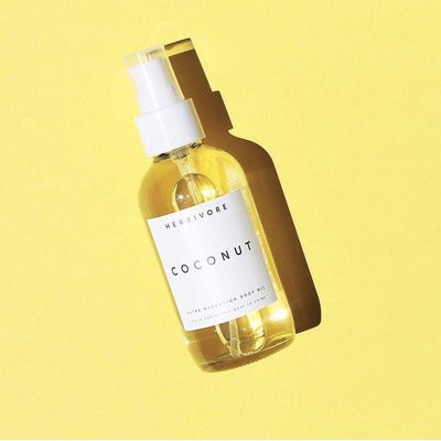 Smells like summer. Thanks to a 100% natural scent that comes from Coconut Co2, Coconut Oil and light floral essential oils. 🥥🌴👌#coconutbodyoil image by @hairskinkale 💛