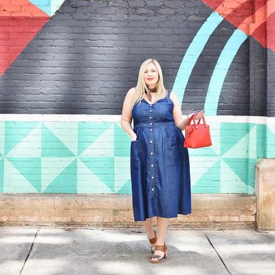 Love this breezy weekend look from @ashley_dorough ❣ Grab her #ELOQUIIxDraperJames chambray dress at the link in bio #XOQ
