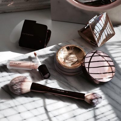 Catching the early morning #AmbientLighting with new #VeilSettingPowder and #VeilRetouchingFluid. Shop now with the link in profile. #crueltyfree #hourglasscosmetis #regram @makeupsessions