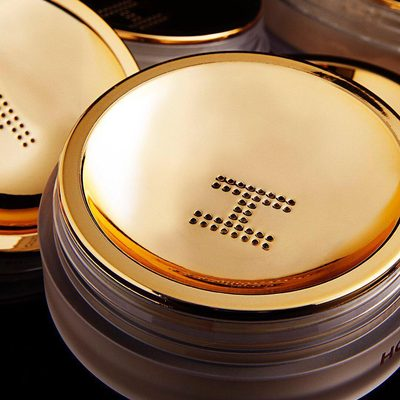 Custom designed, innovative gold sifter allows for the perfect amount of product to be dispensed. Elevate the way you set your makeup with our #VeilSettingPowder. #MagicOfVeil #crueltyfree #vegan #hourglasscosmetics