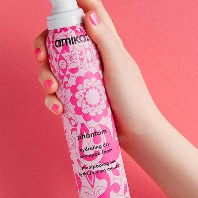 Curly girls, get pumped (literally)! Finally: @love_amika's new Phantom Hydrating Dry Shampoo Foam is here to make all your dry shampoo dreams come true. It's a lightweight dry cleansing foam that removes dirt and oil without stripping your scalp and strands of the moisture your coils crave. 🌀