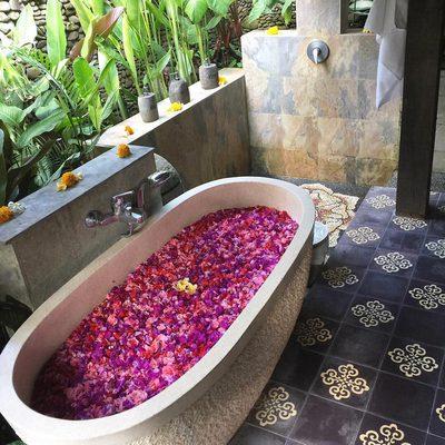Dream setup for the Summer Solstice 🌺☀️ #bali #bathritual #flowerbath 📷: @manda.christine09