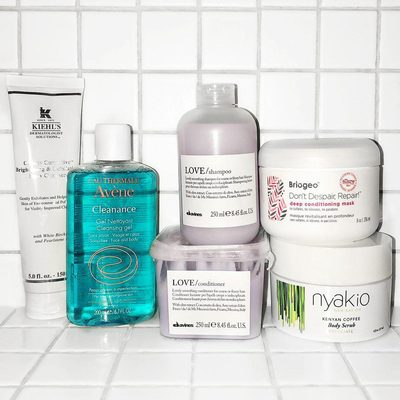 Hi hi! It's Kima (@elekima) from the B Team. I thought I'd share a quick #showershelfie. I try to keep my shower clutter free so these are my absolute essentials.  * The first thing I do is massage @kiehls Clearly Corrective Brightening & Exfoliating Daily Cleanser onto my skin in small circular motions to remove dirt and makeup. Using this cleanser along with their Clearly Corrective Dark Spot Solution has really helped me achieve a more even skin tone. I find that pimple scars fade much faster and my skin overall looks brighter. * @aveneusa is a new love for me (I don't go anywhere without their Thermal Spring Water in the summer). I recently got the Cleanance Cleansing Gel for face and body. It's a gentle way to get the day started. Plus it's soap-free so it won't dry your skin out. * @nyakiobeauty Kenyan Coffee Body Scrub smells DIVINE. Unlike other coffee scrubs I've tried it's not dry. It has more of a paste-like texture. I love using it on Sunday evenings as a treat to myself. * @davinesofficial Love