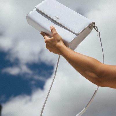 SKY FALL || Savouring the freedom of those perfect weather days. The DREW LG in WHITE. • • #linkinbio #ss18 #mattandnat #livebeautifully #materialsandnature #vegan #crueltyfree #recycled #handbags #sale #ss18sale