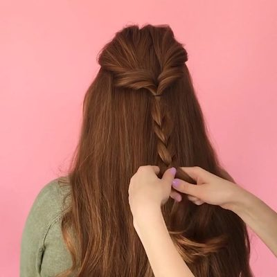 We're loving this half-up braid with a twist ➰ Before styling strands we like to prep dry hair with a spray that has light hold (like @oribe Dry Texturizing Spray) to add some grip and make for a more lived-in look. #humpdayhair