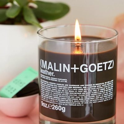 Our #selfcaresunday is lit thanks to the new @malinandgoetz 🕯which oozes the scent of softly worn leather blended with sensual sandalwood and sueded amber.
