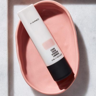 Looking for a subtle glow rather than a more holographic highlighter? We love applying #MACStrobe Cream in Pinklite under our base (or alone on makeup-free days) for a natural lit-from-within radiance.✨