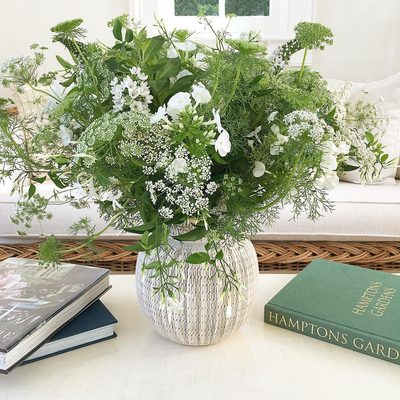 Poolhouse style with Queen Anne's lace in #AERIN Amelie Vase. @thebridgehamptonflorist
