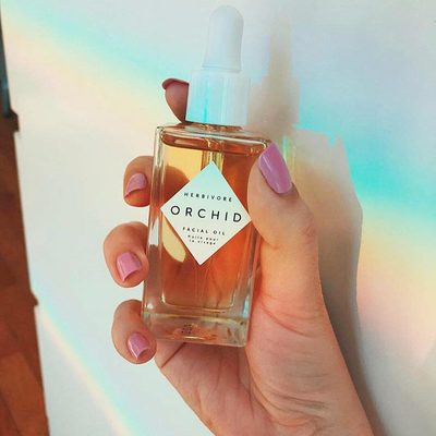 Good morning! ☀️ Wake up and apply Orchid Facial Oil for that effortlessly glowy skin you've been dreaming of. 🌈✨ @_ellenbradley_  #herbivorebotanicals
