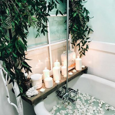 A bath in the evening is the perfect ritual to decompress after a long day. It's important to take a little bit of time daily just for YOU. What is your self love ritual? 🛀🌿📷@brittanyshmyr