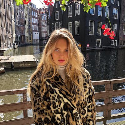 our fave coats on rotation ✨ @romeestrijd in @freepeople kate faux fur leopard coat