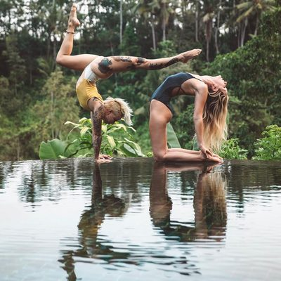 Surround yourself with people who get you and push you further 🙏 Tag your crew #raiseyourvibration #spiritualgangster via | @chelseasyoga @shaktibird_