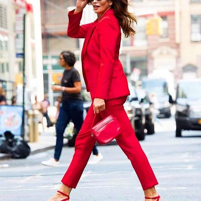 MAJOR MILLY MOMENT😍 The original supermodel @cindycrawford struts her infamous walk down the streets of NYC in head to toe MILLY!!!! ❤️ Shop her look through link in bio! #MILLYmoment #cindycrawford #supermodel #red